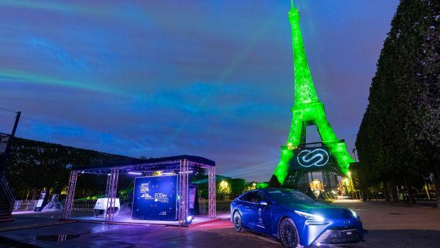 Πύργος του Άιφελ να φωτίζεται με πράσινο χρώμα