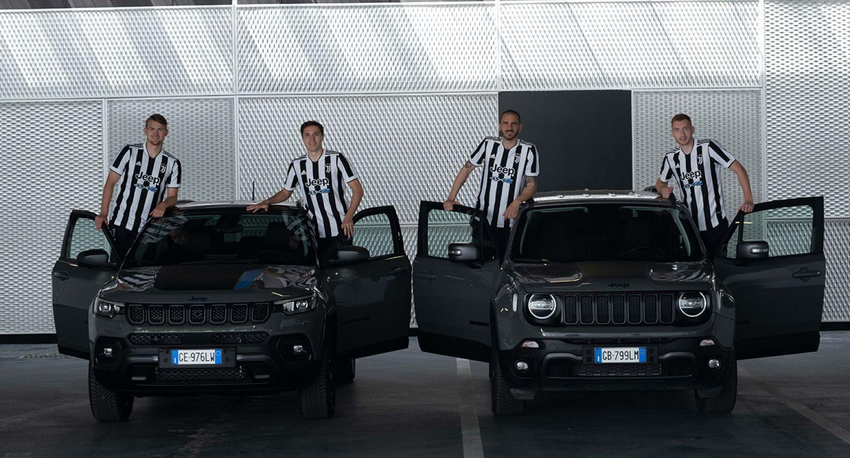 Οι ποδοσφαιριστές της Γιουβέντους δίπλα στα 4xe Plug-in Hybrid μοντέλα της Jeep.
