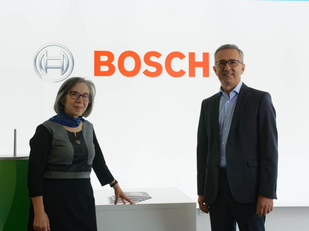 Η Πρόεδρος του Ι.Ο.ΑΣ. «Πάνος Μυλωνάς» Β. Δανέλλη-Μυλωνά και ο Αντιπρόεδρος και Διευθύνων Σύμβουλος της Robert Bosch Α.Ε. (Bosch Ελλάδας) Ιωάννης Κάπρας.