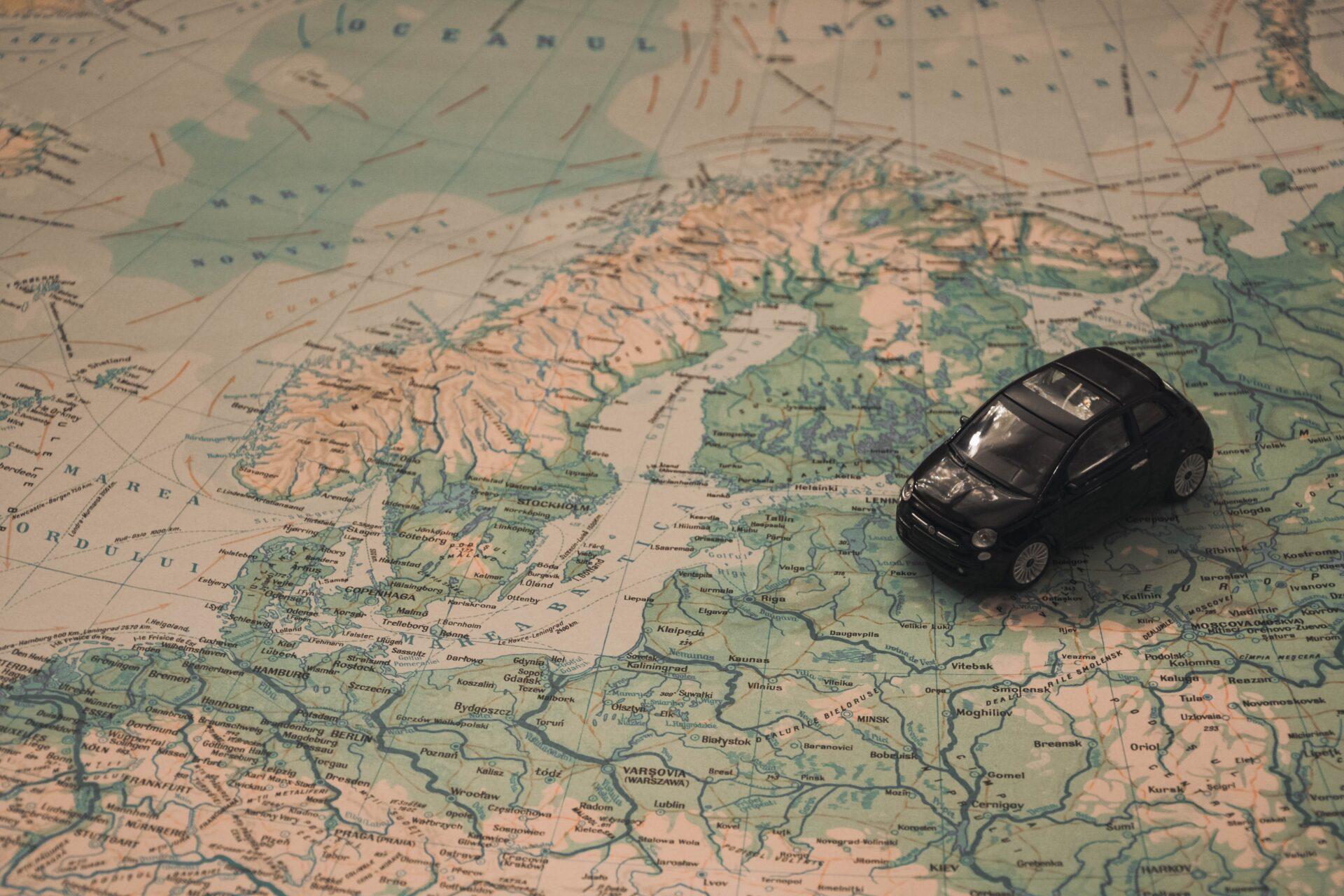 Χάρτης της Ευρώπης με ένα μικρό αυτοκίνητο επάνω