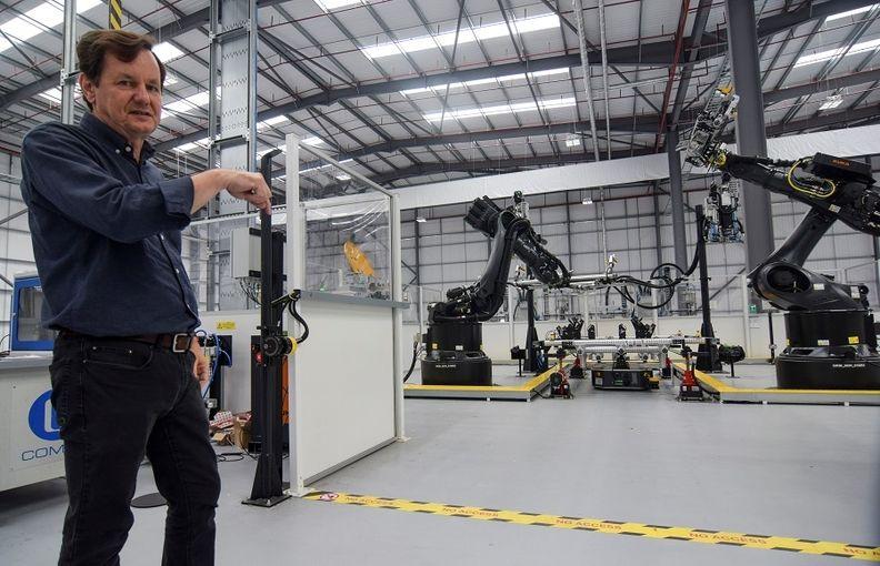 """Ο Mike Abelson, επικεφαλής της Βρετανικής εταιρείας ηλεκτρικών φορτηγών και λεωφορείων Arrival, δείχνει τα ρομπότ της γραμμής παραγωγής στο χαμηλού κόστους """"μικροεργοστάσιο"""" της νεοσύστατης εταιρείας στο Bicester της Αγγλίας."""